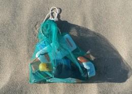 Vielseitiger Fregie mit Strandutensilien - der wiederverwendbare Obst- und Gemüsebeutel