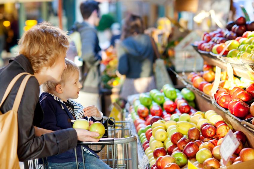 Umweltfreundlicher Fregie - Mutter und Kind beim Einkauf