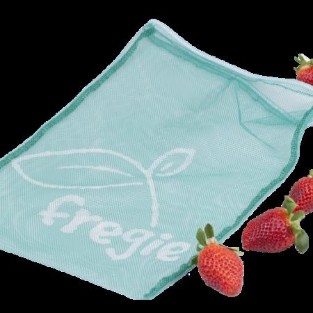 Fregie einzelner Obstbeutel mit frischen Erdbeeren - der wiederverwendbare Obst- und Gemüsebeutel