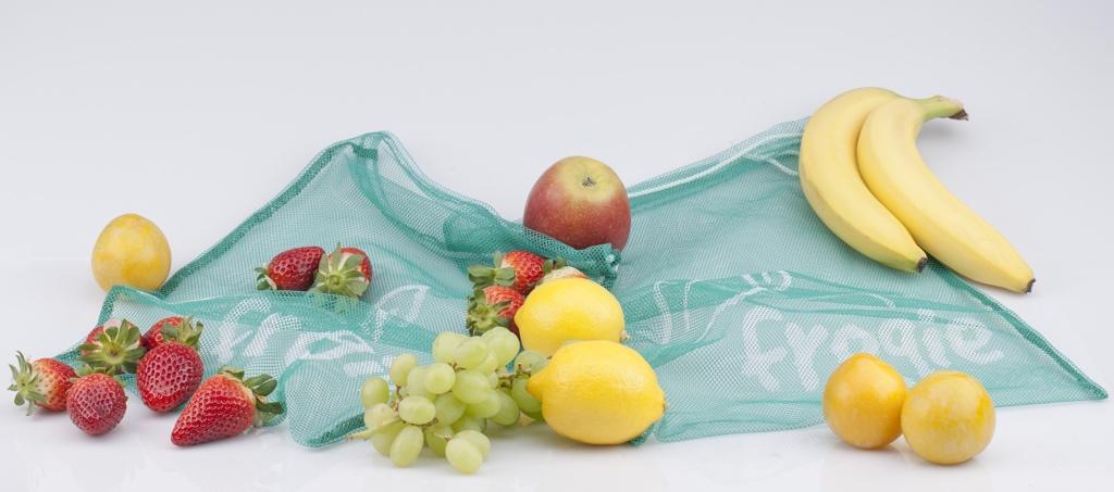 Zwei umweltfreundliche Fregie Beutel mit frischem Obst